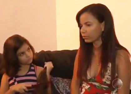 Garotas deixam o cabelo crescer e cortam para doar a crianças com câncer