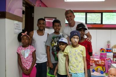 Goleiro Douglas visita as crianças do GACC-BA