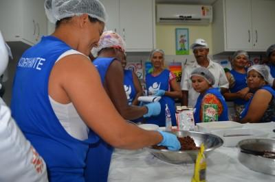 Acompanhantes participam de oficina de culinária